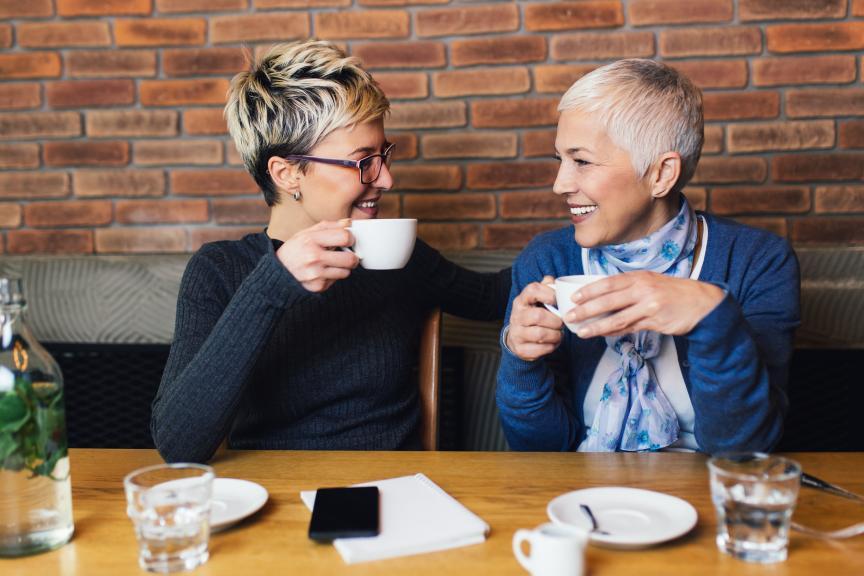 2 vrouwen drinken koffie aan tafel